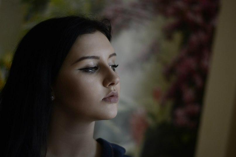 Пугачева сильная женщина плачет у окна